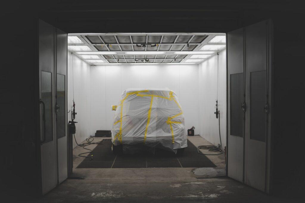 Ile schnie lakier samochodowy?